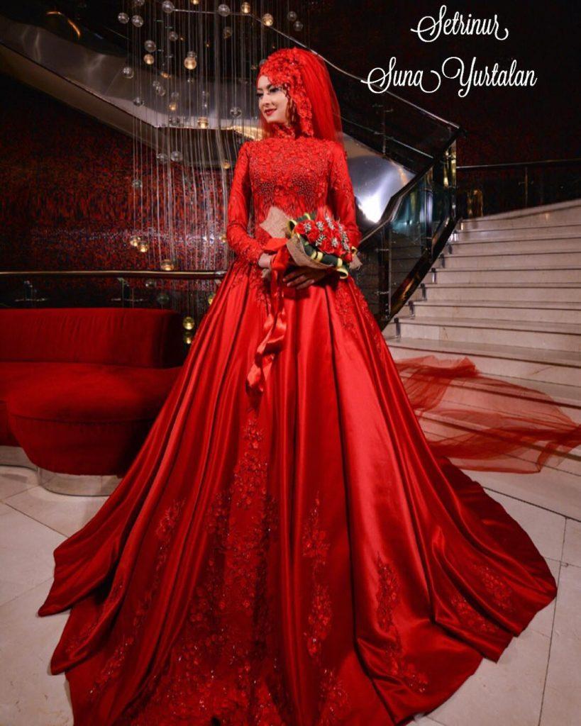 Tesettür Kırmızı Nişanlık Modelleri2 819x1024 - 2018 En Güzel Tesettür Abiye Elbiseleri