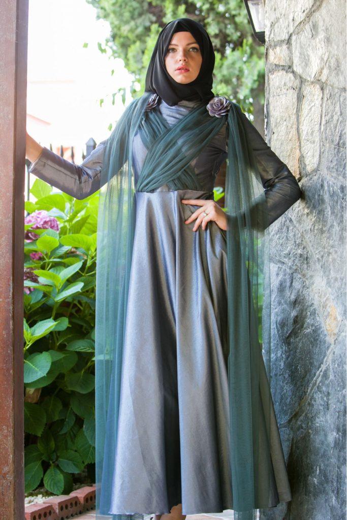 En Guzel Patirti.Com Tesettur Abiye Elbise Modelleri gul ve tul detayli tafta tesettur abiye gri 683x1024 - En Güzel Patirti.Com Tesettür Abiye Elbise Modelleri