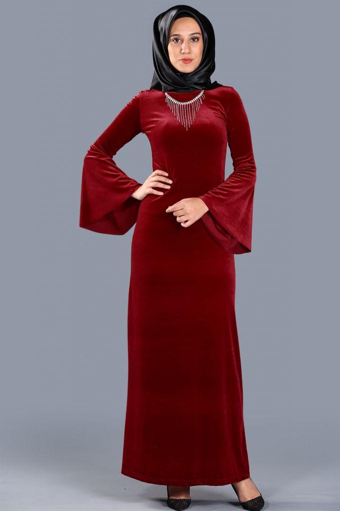 En Sik Patirti.com Tesettur Abiye Elbise Modelleri kolye aksesuarli kadife kirmizi abiye
