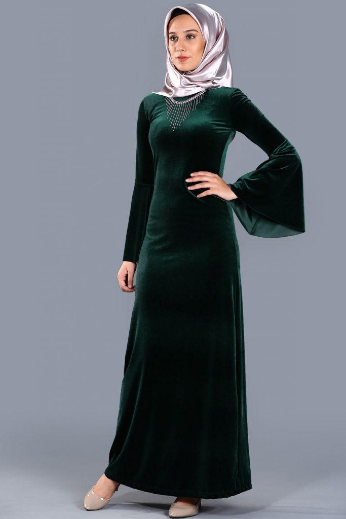 En Sik Patirti.com Tesettur Abiye Elbise Modelleri kolye aksesuarli kadife yesil abiye