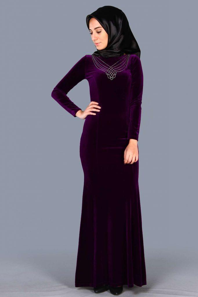 En Sik Patirti.com Tesettur Abiye Elbise Modelleri yaka aksesuarli kadife mor abiye
